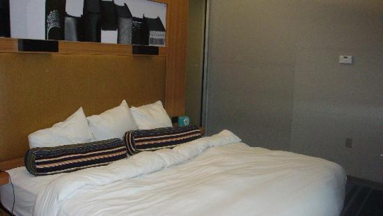 aloft Winchester: bed
