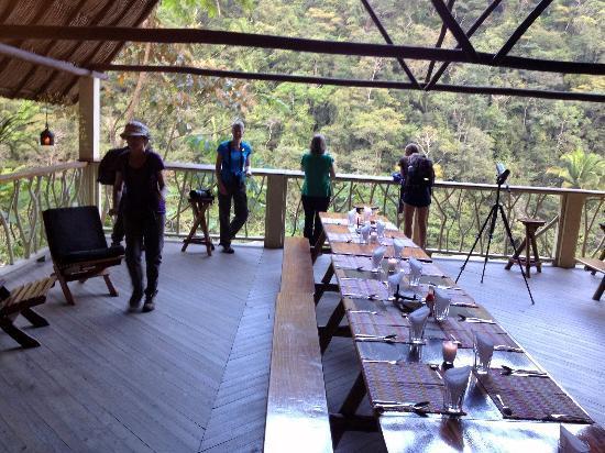 Black Rock Lodge: Dining room over Macal River