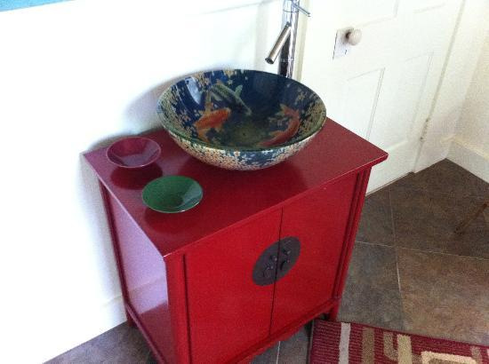Hilo Bay Hale Bed & Breakfast: Cute decorative sink