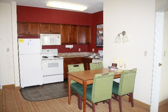 Residence Inn Lexington South/Hamburg Place: Kitchen and dining table