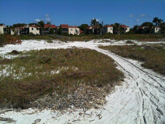 Sanibel Moorings Resort: short walk to the beach