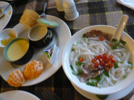 Sai Gon Ha Noi Hotel: 朝食のフォー、プリン、ヨーグルト