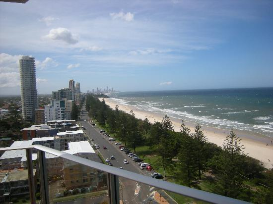 Pacific Regis Beachfront Holiday Apartments : Our northern view to Surfers Paradise