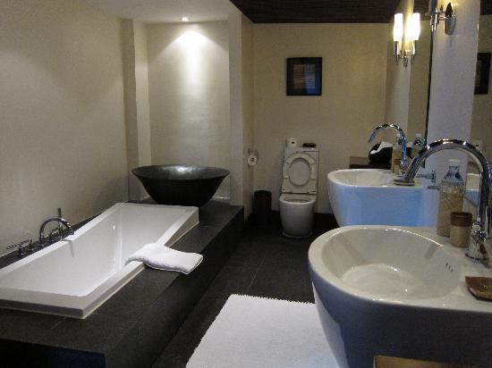 Abaca Boutique Resort: poolside oceanfront suite toilet area