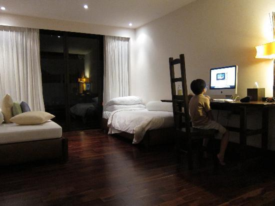 Abaca Boutique Resort: seaview pool villa iMac and indoor poolside lounge area