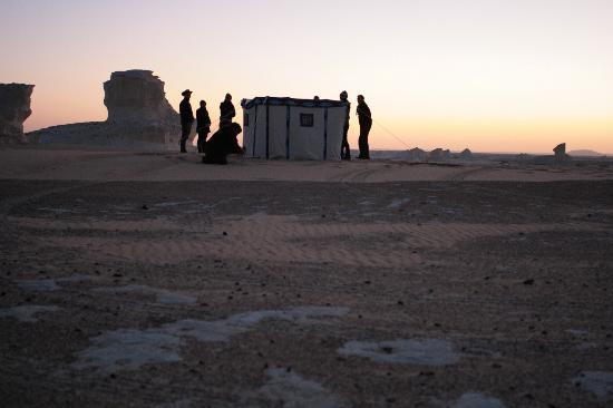 Egypt Bargain Tours: Setting up camp at sunset