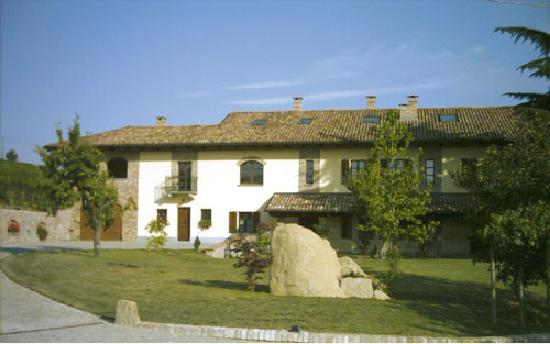 Tenuta dei Fiori: The front of the house, with morning sun for outside breakfast
