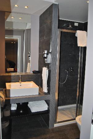 Hotel Ines: Bagno con doccia