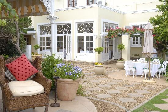River Manor Boutique Hotel & Spa: Veranda and conservatory