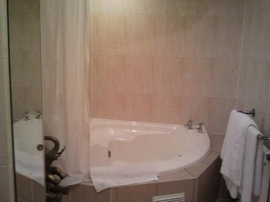 Grand St Leger Hotel: Jacuzzi bath