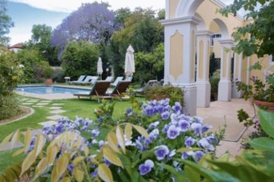 River Manor Boutique Hotel & Spa: Pool and gardens