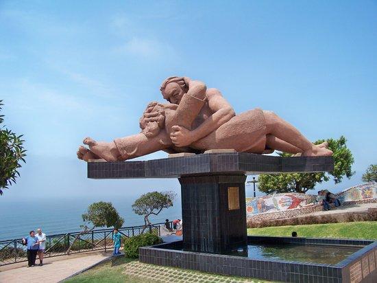 Costa Verde: En el parque del amor: Escultura: El Beso-Victor Delfín