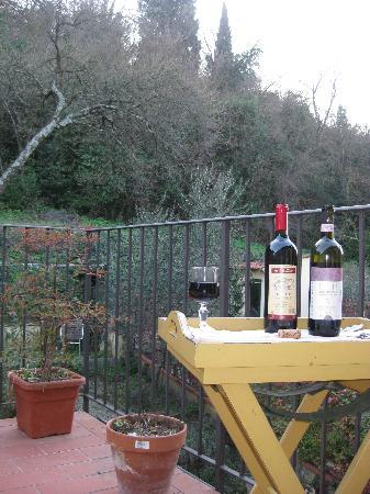 B&B Monte Oliveto: Enjoying some wine and down time on the back terrace