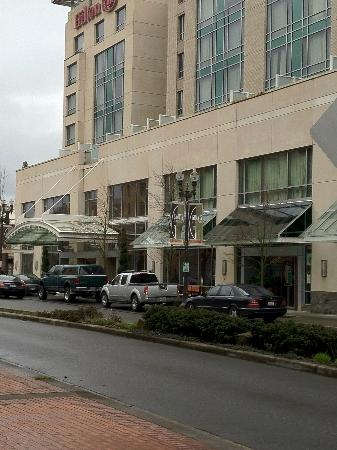 Hilton Vancouver Washington: Downtown Vancouver is pretty quite.  Hotel exterior