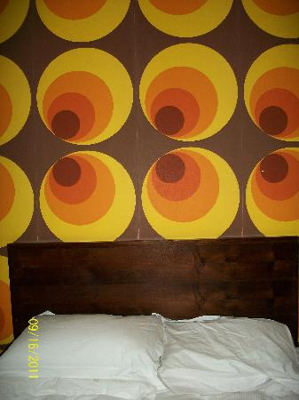 Grafton Guesthouse: funky 70s wallpaper above bed!