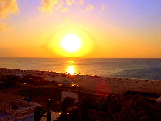Hotel Les Colombes : View of the sunrise over the sea from our room