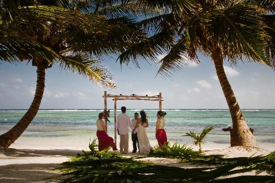 Tranquility Bay Resort: Our private ceremony on the beach