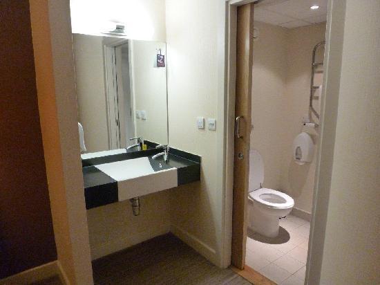 Premier Inn Manchester Airport (M56/J6) Runger Lane South: bed room 3