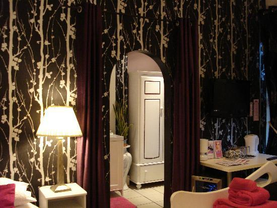 Sunny Mount Bed and Breakfast: Looking through to large ensuite/dressing room