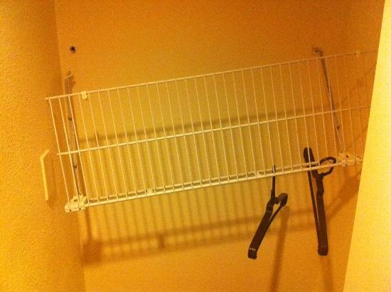 Residence Inn Boca Raton: Clothing rack in main closet separated from drywall.