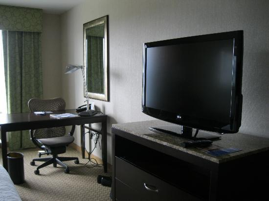 Hilton Garden Inn Eugene / Springfield: TV and Desk