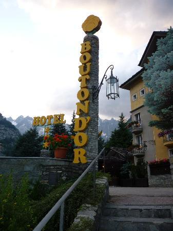 Hotel Bouton d'Or: The main sign