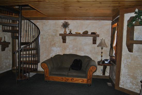 Castle Wood Theme Cottages: Love seat on the main level by the hot tuv