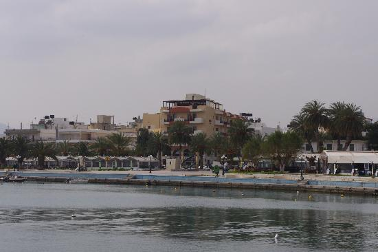 Itanos Hotel : Itanos in midle of picture