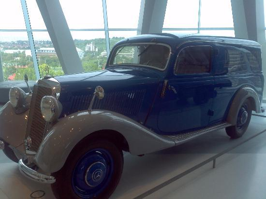 Really neat old truck picture of mercedes benz museum for Old mercedes benz trucks