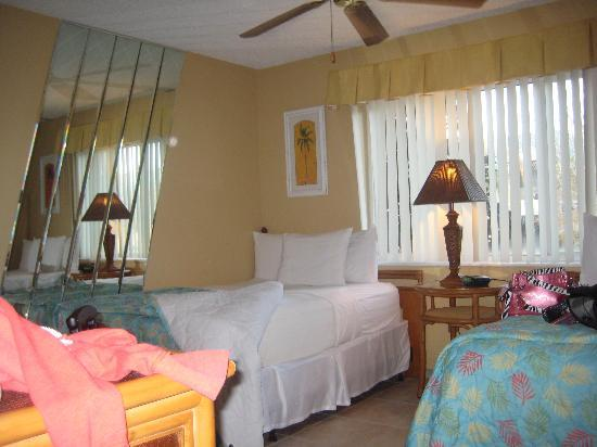 Silver Lake Resort: 2 double beds - lots of mirrors!