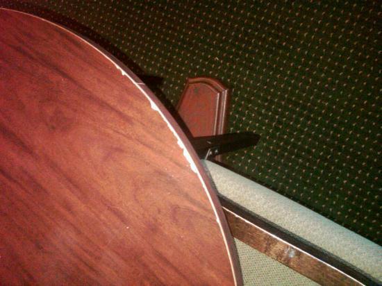 Days Inn Rock Hill: Tables were peeling, filthy