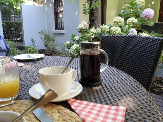 5 Seasons Guesthouse: Lovely breakfast in the garden