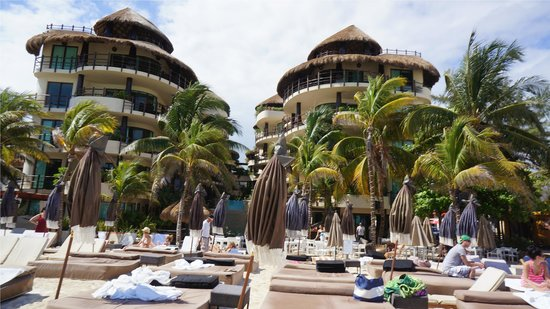 El Taj Oceanfront & Beachside Condos Hotel : EL Taj - View from beach