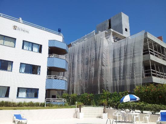 Villa de Vincenzi Apart Hotel: Vejam a construção ao lado do hotel