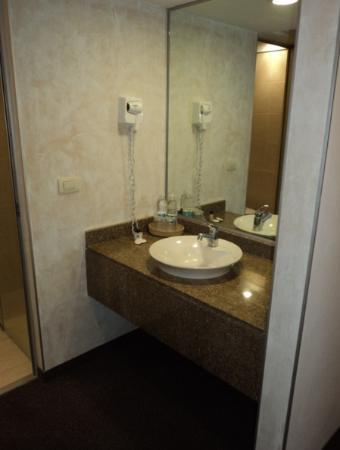 Hotel Marbella: Lavamanos y espejo
