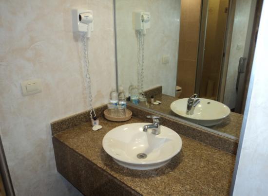 Hotel Marbella: Secadora de cabello y amenidades