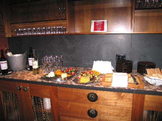 The Inn Above Tide: Wine and cheese reception in lounge