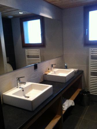 Les Rhodos: salle de bain
