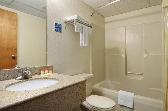 Days Inn Lancaster PA Dutch Country: Bathroom