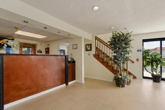 Days Inn Lancaster PA Dutch Country: Lobby/Reception Area