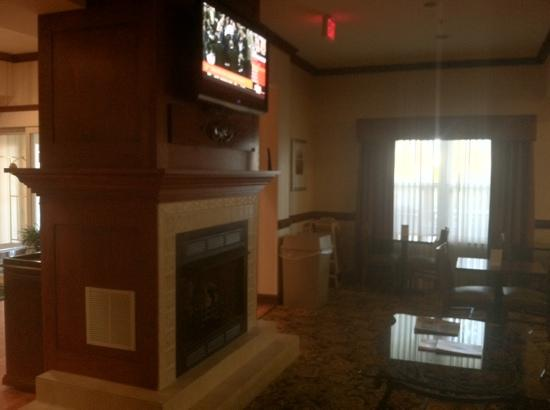 Country Inn & Suites by Radisson, Wilmington, NC: lobby area.
