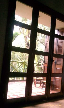 Waterside Resort & Spa: folding door to deck