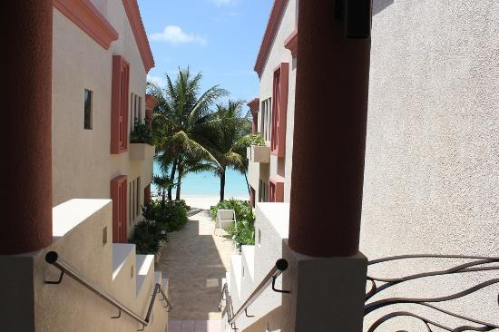 Las Sirenas Hotel & Condos: walking to the beach from the pool