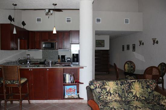 Las Sirenas Hotel & Condos: living room/kitchen