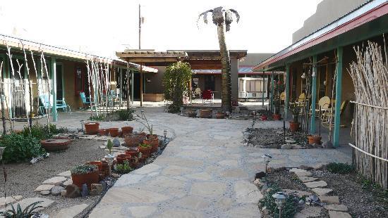 Blackstone Hotsprings Lodging & Baths: Courtyard by Blackstone