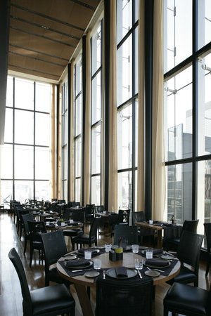 Bulgari Il Ristorante: So much space with the 6 meter ceilings and mezzanine Bar