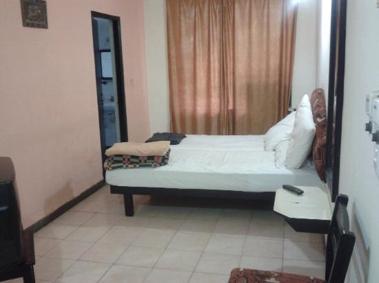 Alor Holiday Resort: bed