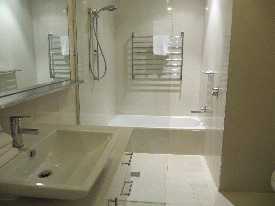 Noosa Entrance Waterfront Resort: Bathroom