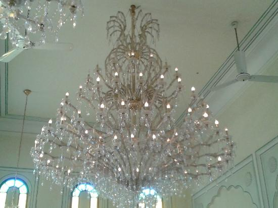 The Raj Palace Grand Heritage Hotel: The huge chandilier in the dining room