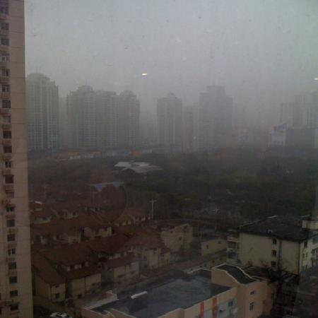 جيانغونغ جينجيانغ هوتل - شانغهاي: 窓ガラスにひびが入ってたのはちょっとビビった、しかもセロテープで補修には苦笑い。